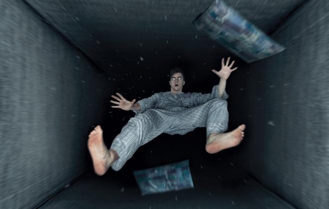 Nhiều người khi bắt đầu ngủ thường giật mình vì gặpảo giác cơ thể bị rơi xuống. Ảnh: SW