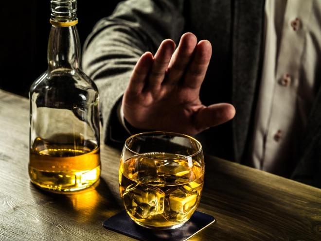 Giới trẻ Việt sử dụng rượu bia có xu hướng gia tăng. Ảnh: Medical News Today.