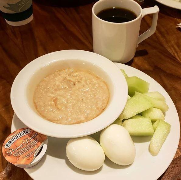 Một bữa sáng trong chế độ giảm cân khoa học của cô gái trẻ