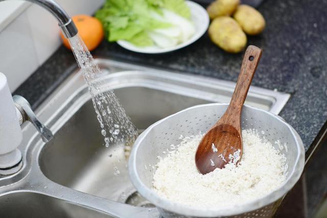 Vo kỹ gạo là một phần của quá trình ngâm.